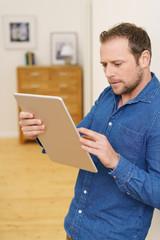 mann schaut auf sein tablet