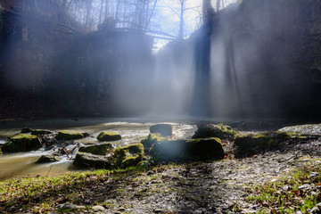 Wasserfall in der Natur bei Sonnenlicht im Wald