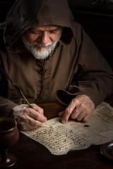 Mönch schreibt einen Brief im Mittelalter