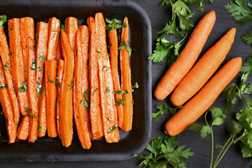 Baked carrots with green herbs