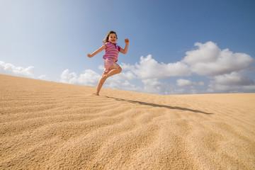 jolie jeune fille jouant dans le sable
