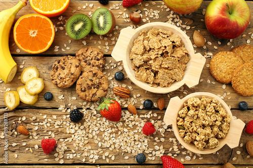 prima colazione,cereali integrali, sfondo tavolo di cucina rustico ...