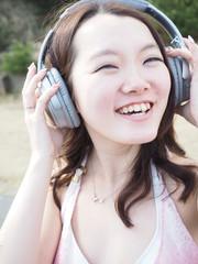 ヘッドホンで音楽を聴く女の子