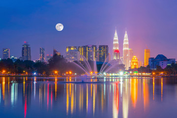Fotomurales - Night view of Kuala Lumpur city skyline