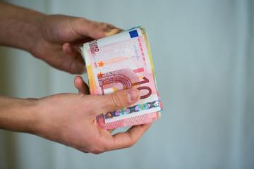 Geldscheine in der Hand, zählen