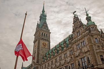 Hamburg Rathaus mit Trauerbeflaggung II