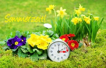 Zeitumstellung, Sommerzeit, Umstellung von Winterzeit auf Sommerzeit, 26 März 2017, Wecker, Frühlingsblumen, Schrift, Textraum