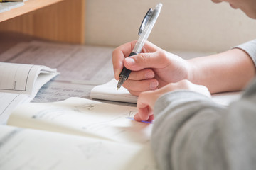 試験勉強をする中学生の手