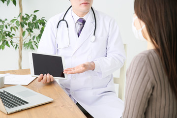 タブレットで説明する医師