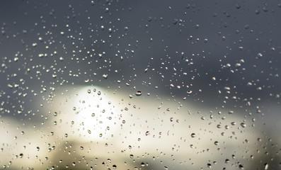 Wassertropfen auf Scheibe nach Regen