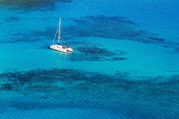 Katamaran im Riff