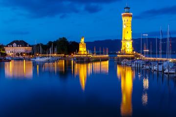 Blaue Stunde am Hafen von Lindau am Bodensee