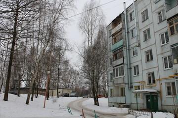 пятиэтажный жилой многоквартирный панельный белый дом
