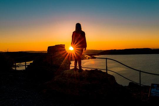 Blick vom Tour Barberousse auf den Etang de Gruissan im Sonnenuntergang mit Silhouette eines Menschen