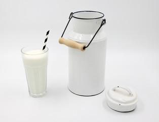 Emaille Milchkanne, traditionell, alt - Milchglas mit Strohhalm gestreift - schwarz und weiss, isoliert