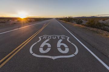 In de dag Route 66 Sunset on Route 66 in the California Mojave Desert.