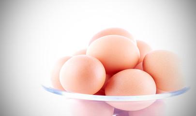 яйца куриные жёлтые лежат на столе