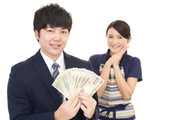 紙幣を持つ夫婦