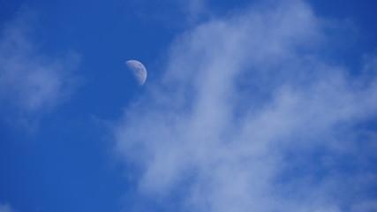 Mond und die Wolken