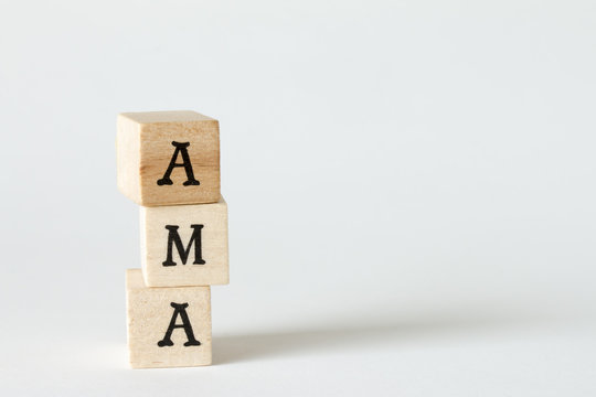 AMA、Ask Me Anythingの文字の書かれた木製のブロック