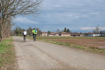 ciclisti in strada di campagna