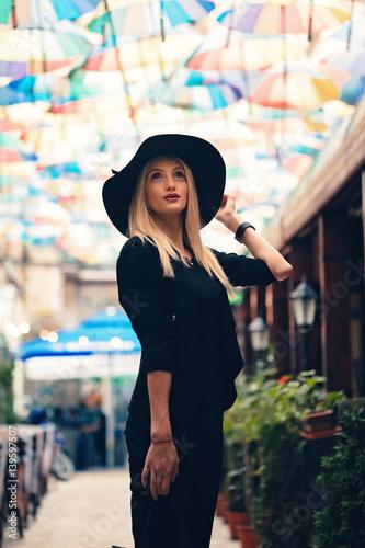 Blonde thoughtful businesswoman 40ac4a7823c2