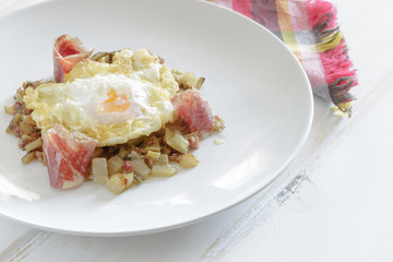 Fried eggs with ham and vegetables