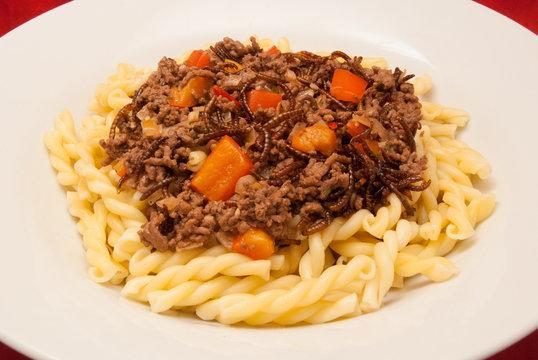 Mehlwürmer-Hackfleisch-Gemüse-Pfanne mit Pasta