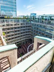 Fototapete - Blick durch ein Fenster in einen Innenhof in der City von Rotterdam, Niederland
