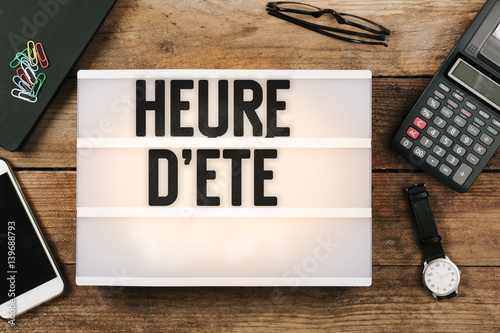 Heure d 39 ete french daylight saving time in vintage style light box on office deskt op stock - Date heure d ete 2017 ...
