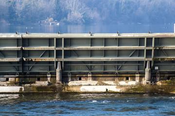 chiuse e paratie della diga lungo il fiume