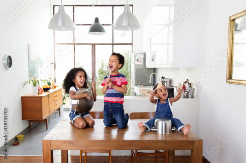 enfants qui jouent de la musique avec des ustensiles de cuisine fotos de archivo e im genes. Black Bedroom Furniture Sets. Home Design Ideas