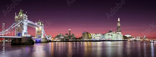 panorama von der tower bridge bis zur london bridge nach sonnenuntergang fotos de archivo e. Black Bedroom Furniture Sets. Home Design Ideas