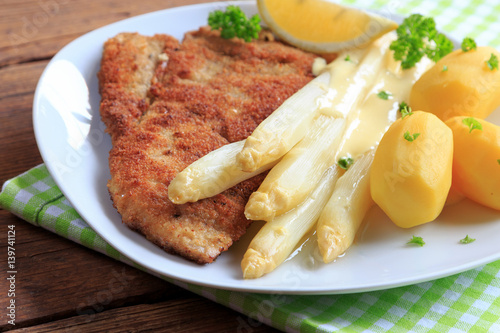 wiener schnitzel mit spargel und kartoffeln 139741124. Black Bedroom Furniture Sets. Home Design Ideas