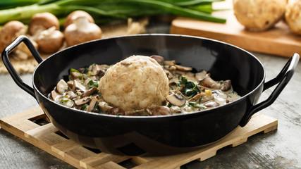 Semmelknödel mit Rahmchampignons - Bread dumpling with creamed mushrooms