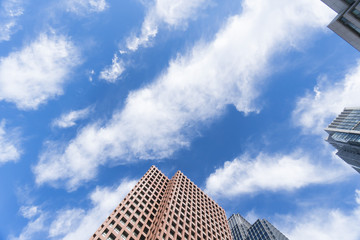 東京都市風景 丸の内 高層ビルを見上げる 青空と雲 背景用