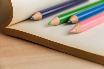 本の上の色鉛筆