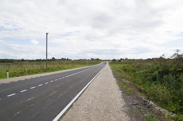 автомобильное шоссе, уходящее в даль на севере России
