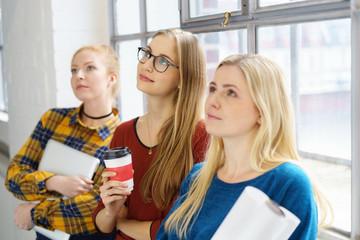 studentinnen schauen in gedanken nach oben