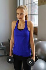 frau trainiert ihre schultern im fitnessstudio