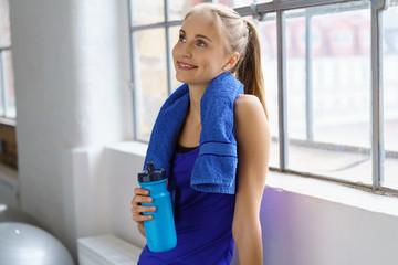 zufriedene junge frau im fitnessstudio