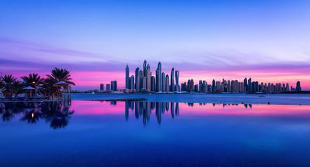 Skyline von Dubai zur blauen Stunde