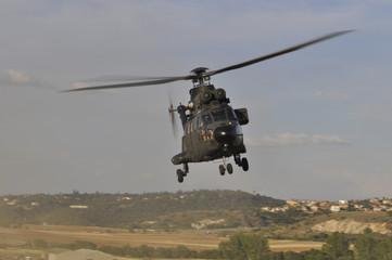 Helicóptero Super Puma despegando