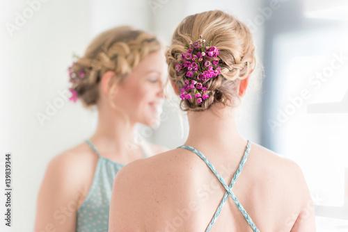 Natürliches Romatisches Styling Flechtfrisur Für Kurze Haare