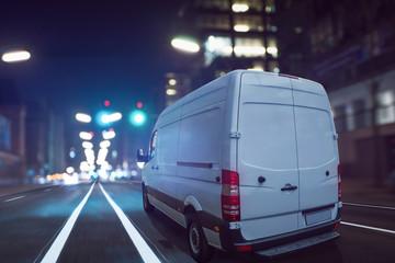 Lieferwagen bei Dunkelheit auf einer Stadtstraße