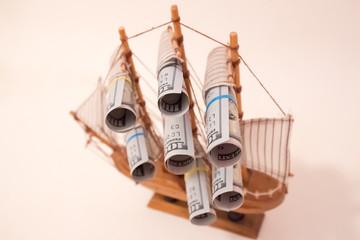 Корабль с парусами из долларов