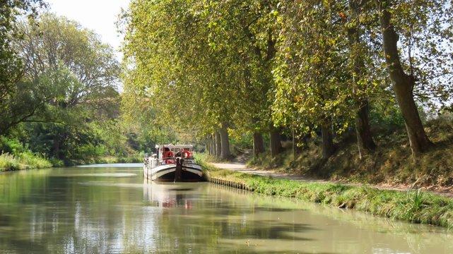 Canal du Midi, péniche amarrée (France)