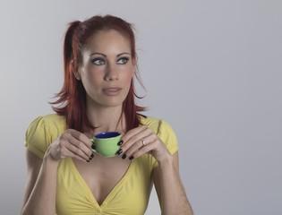 Chica joven bella tomando café