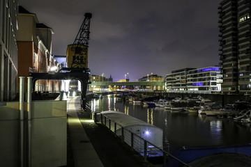 Beleuchtete Gebäude am Rheinauhafen und Zollhafen in Köln bei Nacht