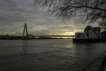 Zollhafen und Severinsbrücke in Köln an einem Wintermorgen